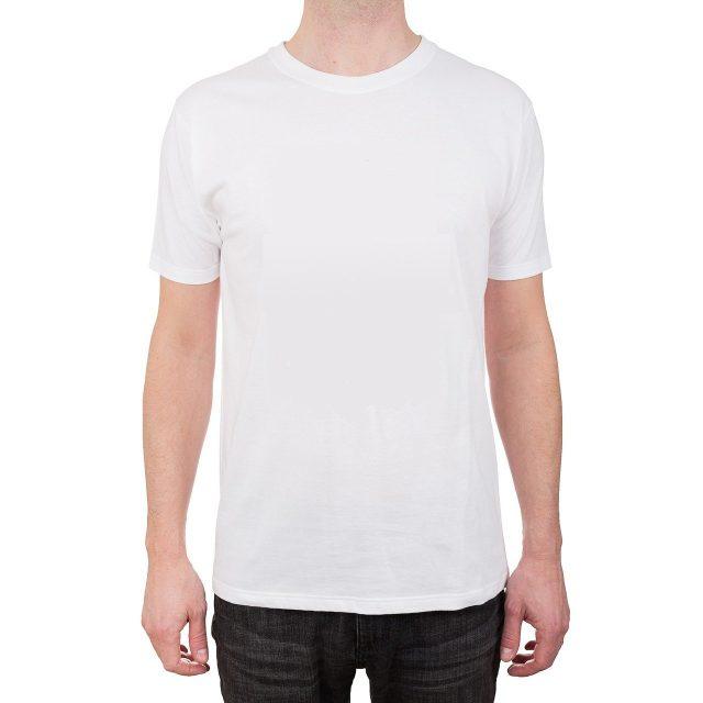 Quelques façons de porter ce t-shirt blanc uni au fond de votre placard